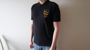 Pikee-T-paita - vaakunakilpi. Koot S-XXXL. Hinta 25 €